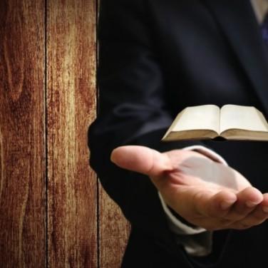 книга над рукой